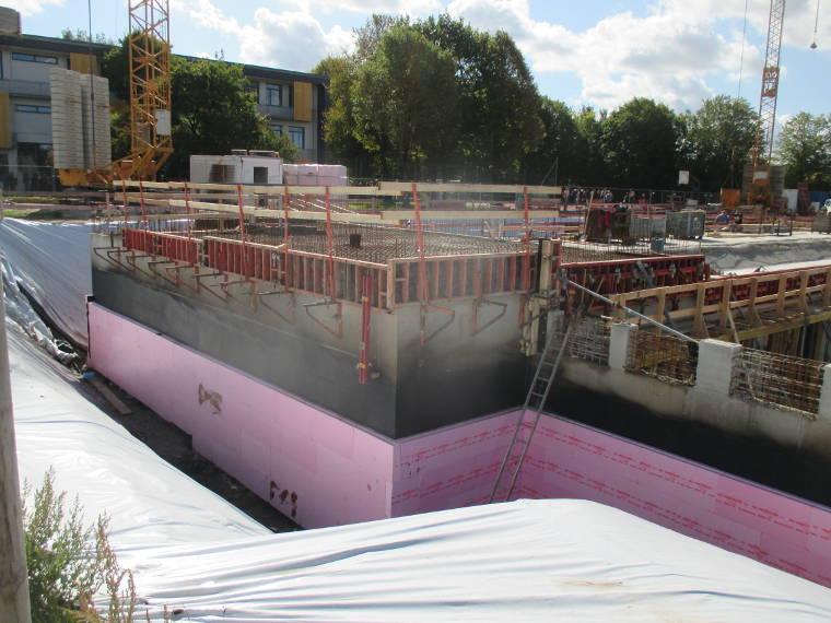 Dichtungsmaterial an Betonwänden an einer Baustelle der Firma Pointner Bauunternehmung GmbH aus einem anderen Blickwinkel